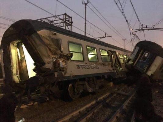 Deraglia treno a Milano, morti e feriti. Pronti i soccorsi sanitari.
