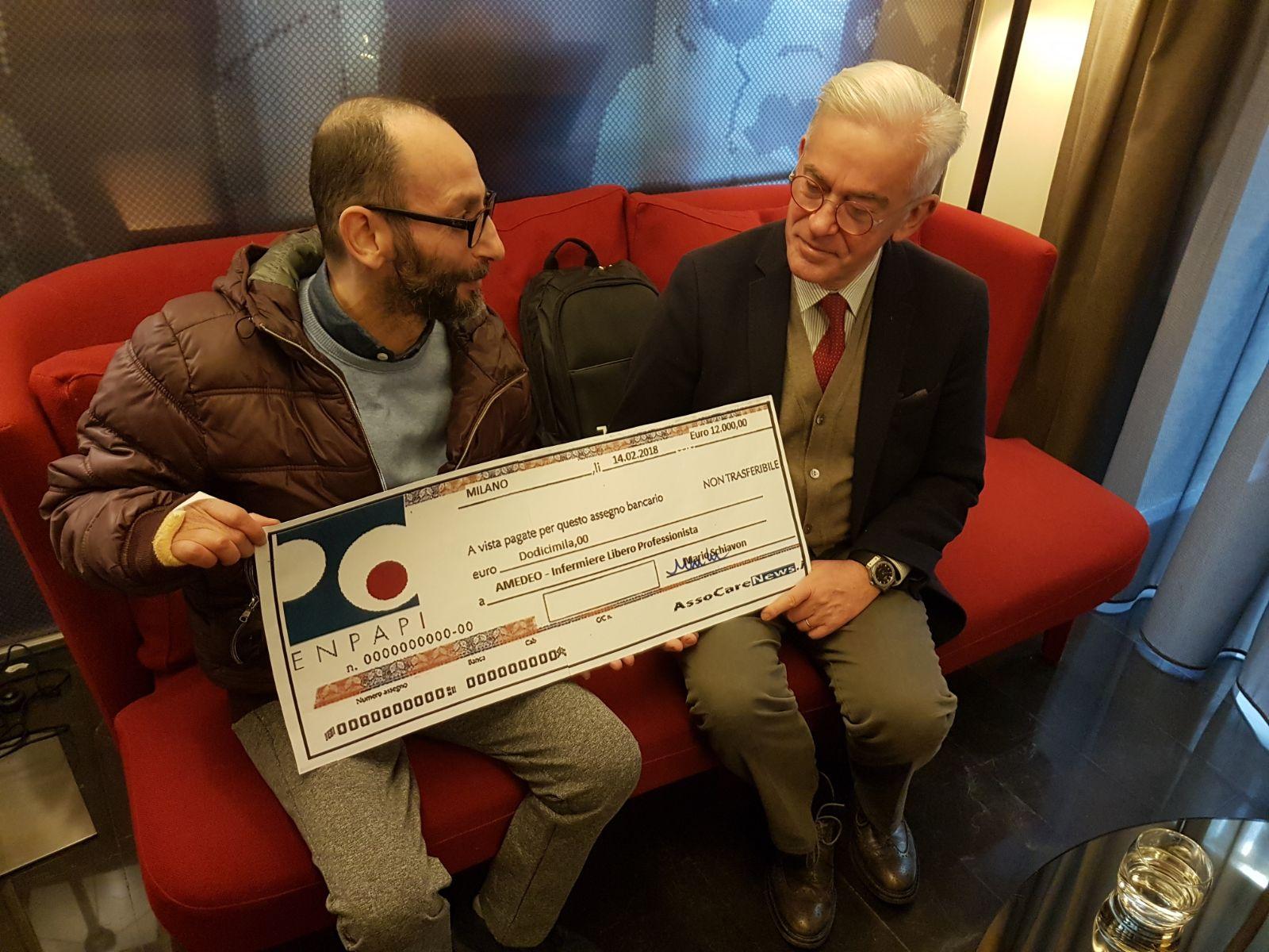 Amedeo riceve l'assegno simbolico di 12.000 euro dal presidente dell'ENPAPI Mario Schiavon.