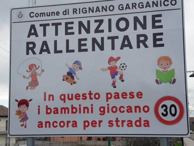 Il cartello affisso all'ingresso di Rignano Garganico.