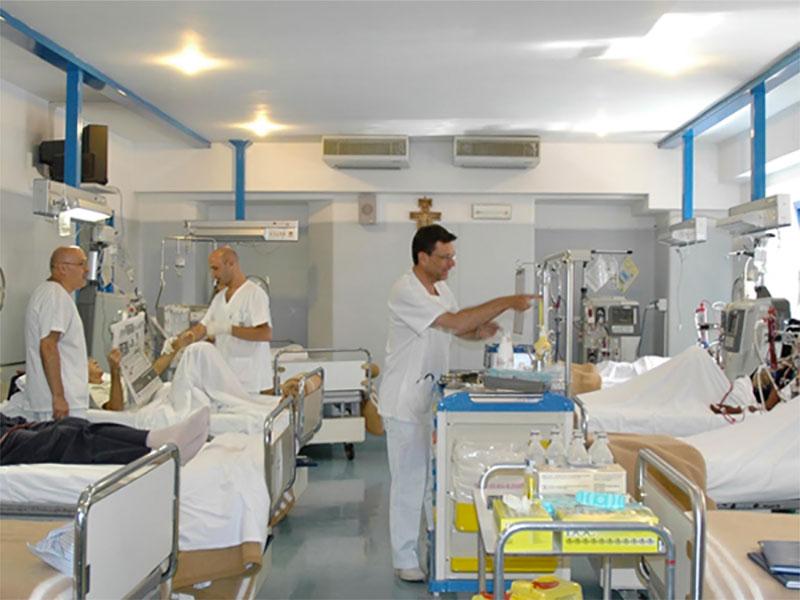 Culle con lo smartphone in terapia intensiva neonatale di Roma.