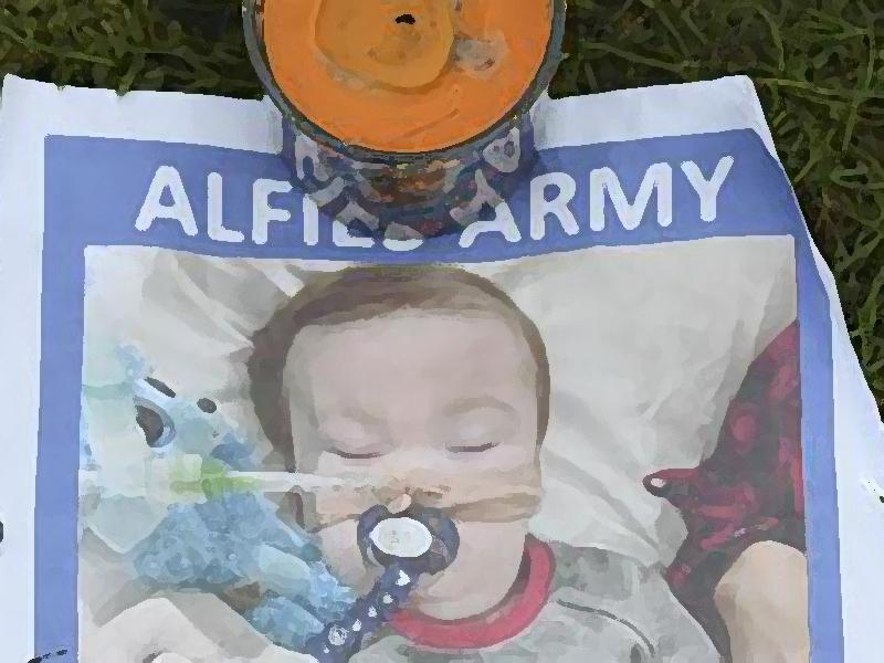 Alfie è morto: addio al bimbo-gladiatore che non voleva morire (foto AFP).
