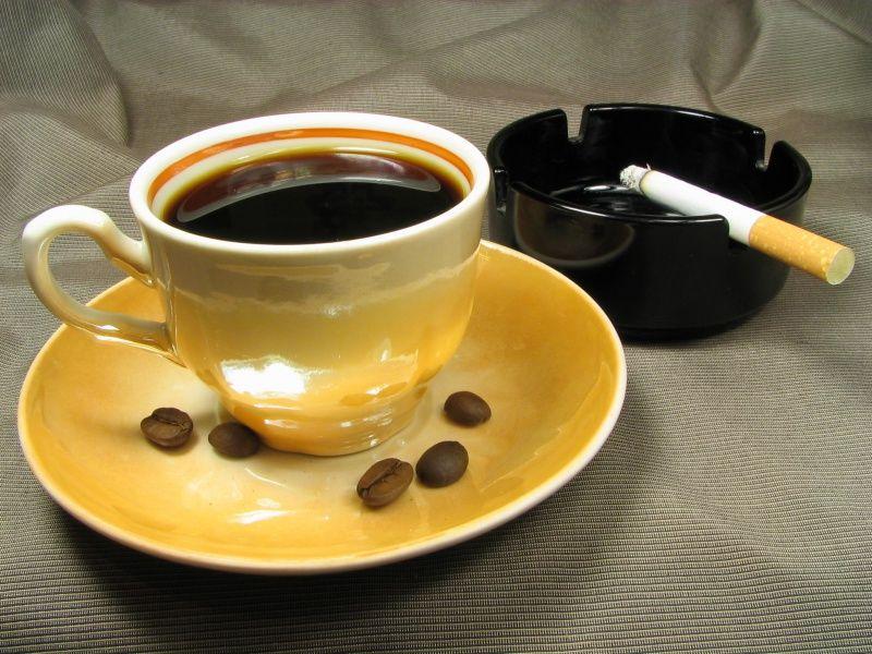 Caffè uguale alle sigarette per rischio tumori?