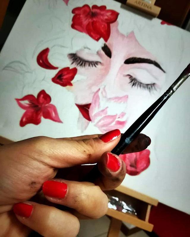 Marisa ha la passione per la pittura e ha inventato un proprio stile artistico, eccezionalmente unico.