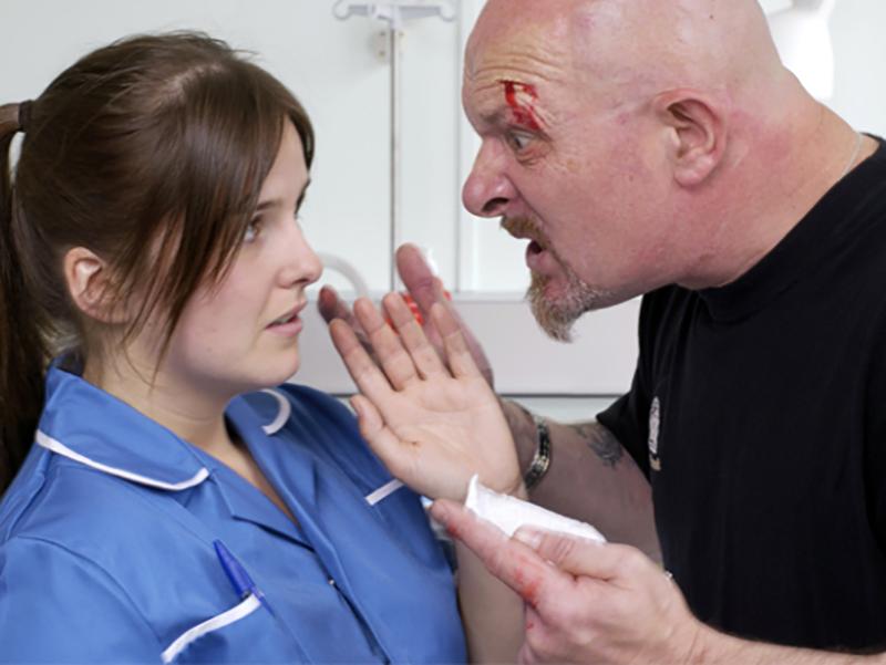 Infermieri, Medico e Paziente aggrediti da un folle!