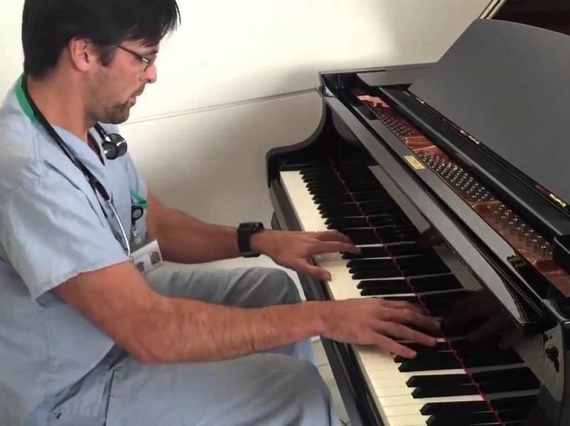 Riabilitazione al piano: musicista incanta tutti!