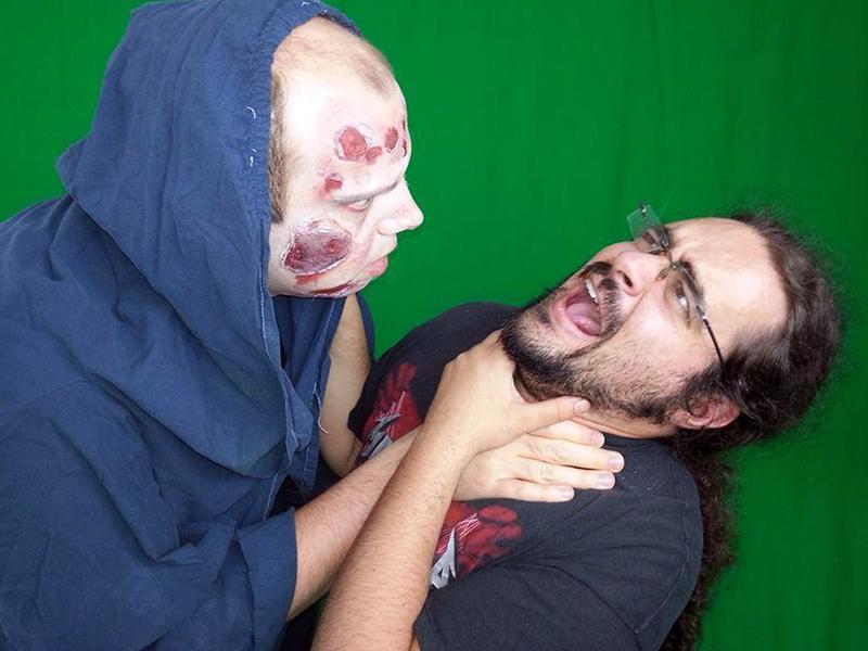 Francesco Longo, TSRM e Regista Horror scherza con uno dei suoi attori.