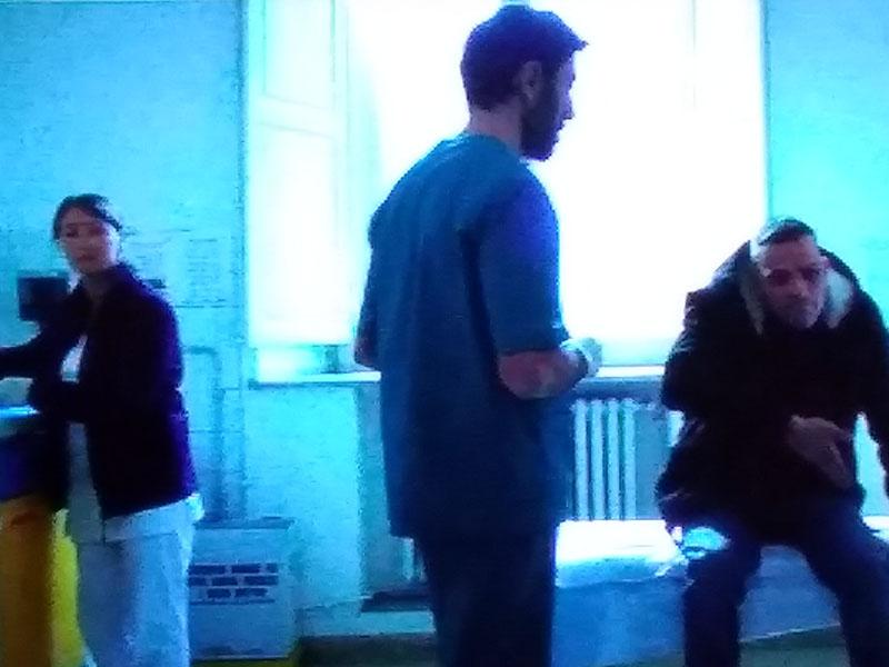 Una scena del film Sulla mia pelle: due Infermieri assistono Stefano Cucchi.