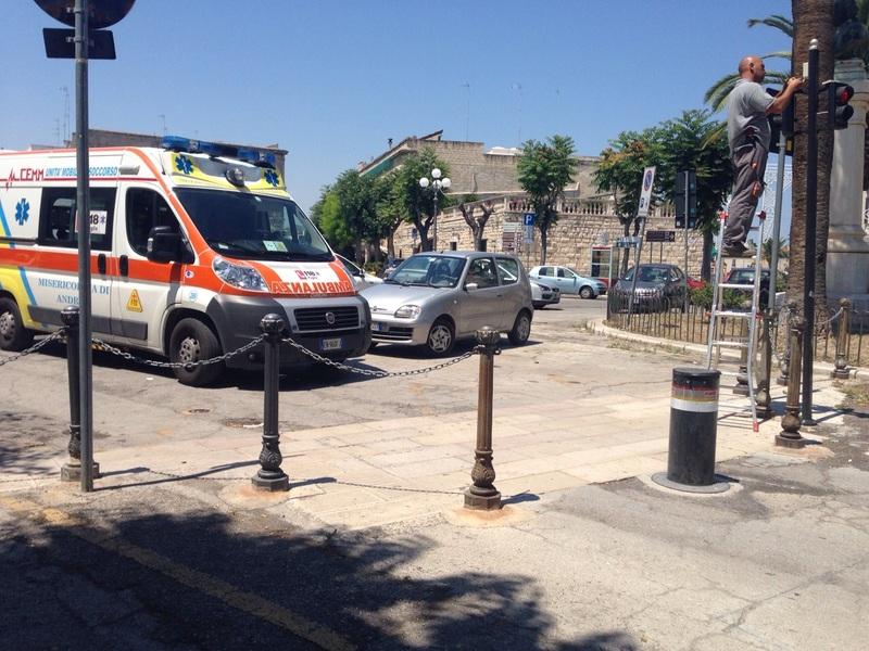 Giù dall'ambulanza e tratto a piedi!