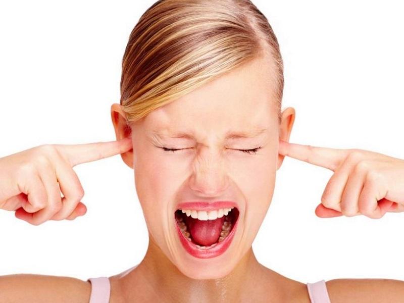 Perchè fischiano le orecchie? Segni, cause e rimedi dell'acufene