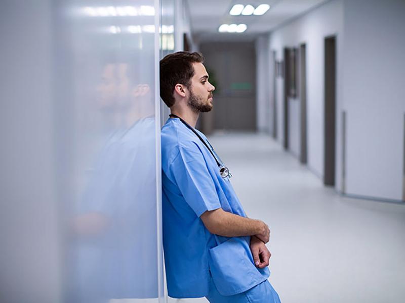 OSS costretto a fare l'Infermiere: indotto all'abuso di professione per lavorare!