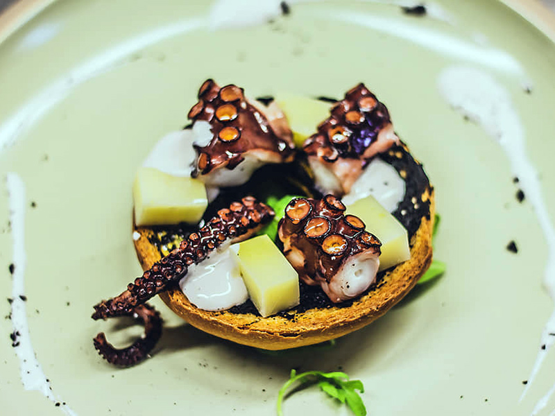 Polpo, maionese realizzata con acqua di polpo, frittella al nero di seppia e caciocavallo del Gargano.