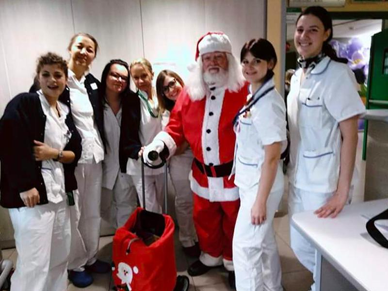 Gabriele Babbo Natale con alcuni Infermieri e OSS dell'Ospedale di Imola.