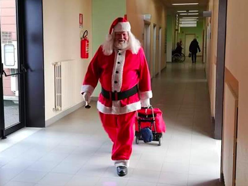 Infermiere-Babbo Natale: ecco la storia di Gabriele e delle sue strenne!