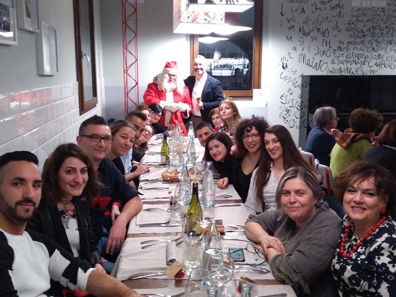 Gabriele Babbo Natale con alcuni Infermieri e OSS alla Vivanderia di Imola.