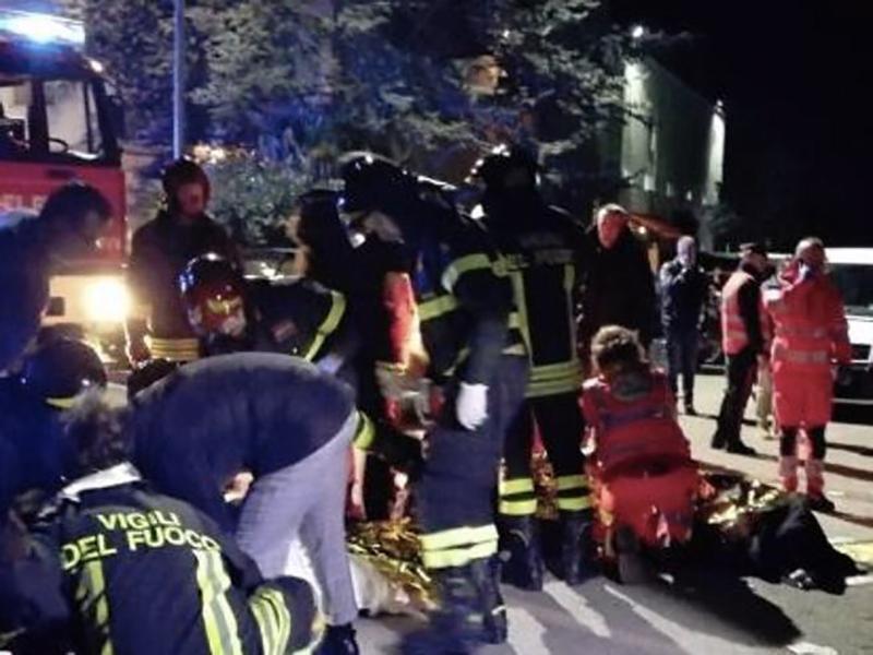 6 Morti e 120 feriti per il fuggi fuggi dalla discoteca: ottima la macchina dell'emergenza