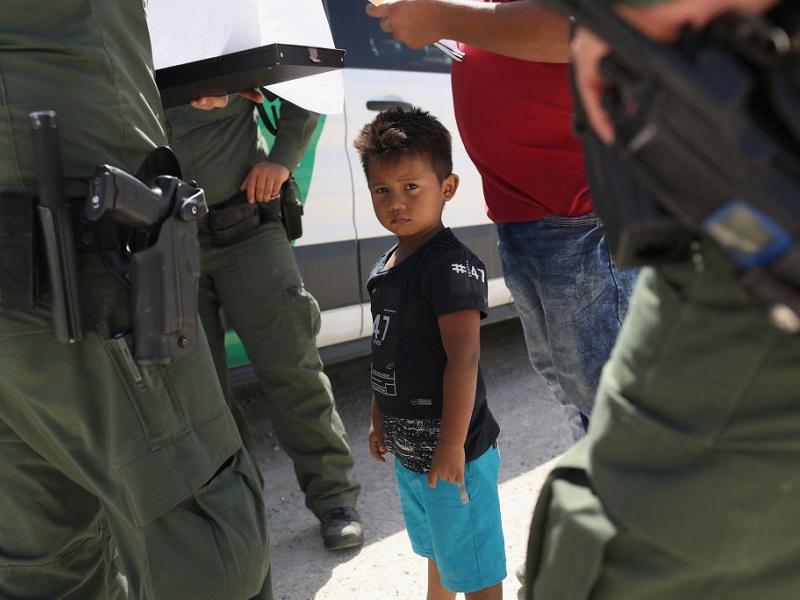 Bambini messicani marchiati sul braccio alla frontiera USA