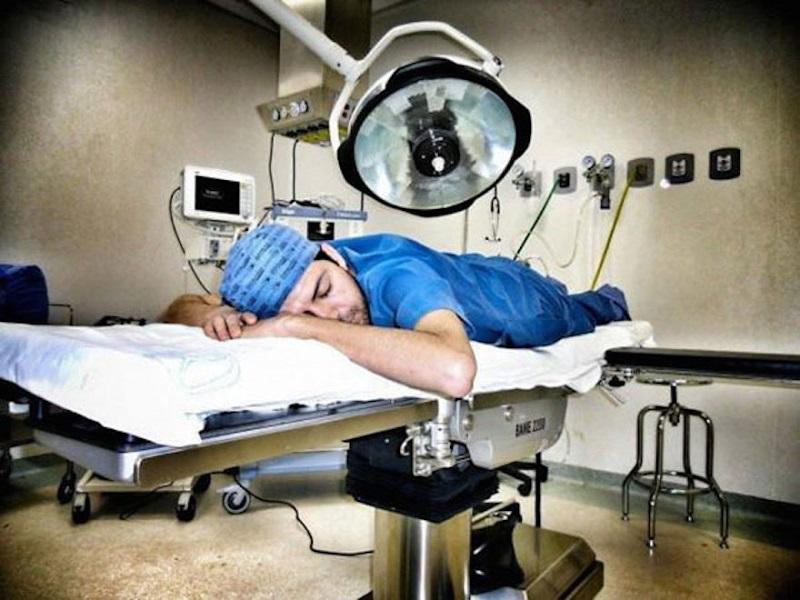 Infermiera: medico si imbosca di notte, cosa rischia?