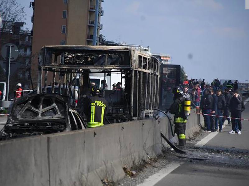 Sequestra Bus e gli dà fuoco: salvi 51 bambini soccorsi da Infermieri e Medici.