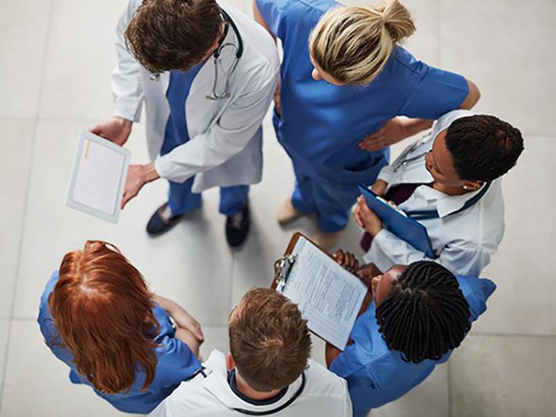 vInterazione professionale: Medici, Infermieri e TSRM fanno parte di un unico sistema di cura.