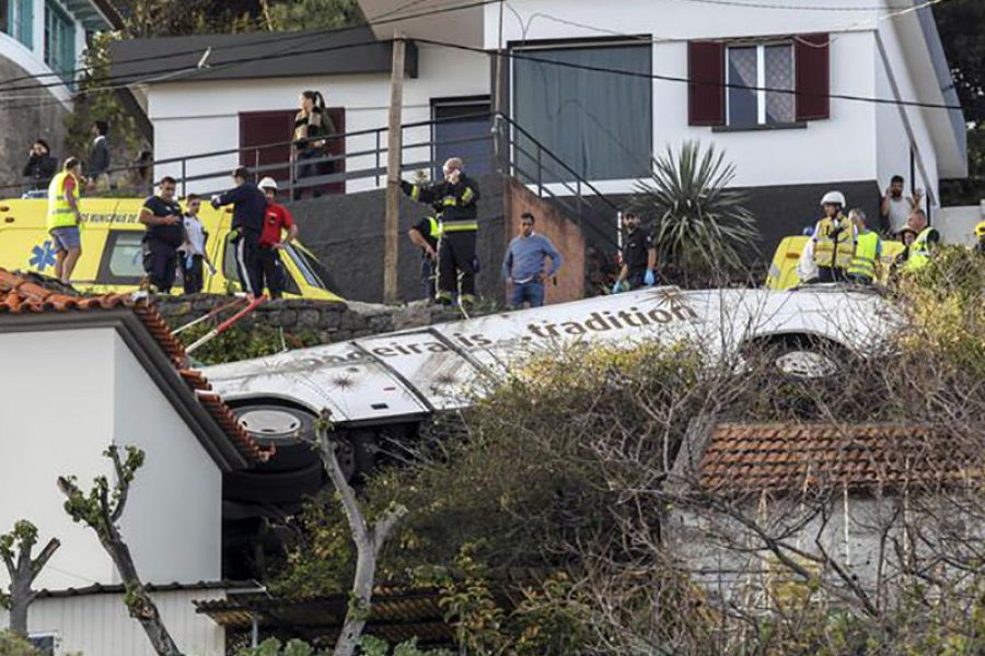 Si ribalta bus, 28 morti. Frenetici gli interventi di Medici e Infermieri dell'Emergenza.