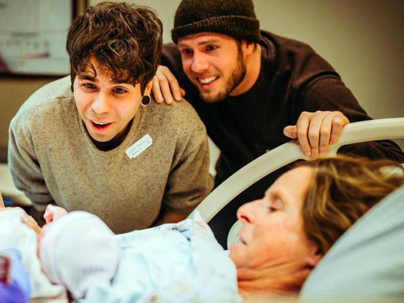 A 61 anni partorisce una bimba per il figlio gay. Infermieri e Medici le assistono.
