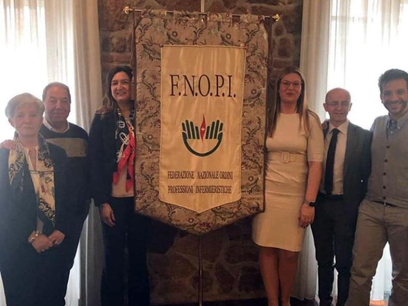 Il primo drappo della Federazione Nazionale Ordini Professioni Infermieristiche regalato dal Comitato Centrale FNOPI alla presidente Barbara Mangiacavalli in rappresentanza dell'Ente.