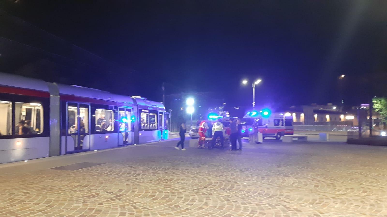 Due Infermieri e una studentessa in Medicina salvano passeggero in tramvia. Eroi per caso.