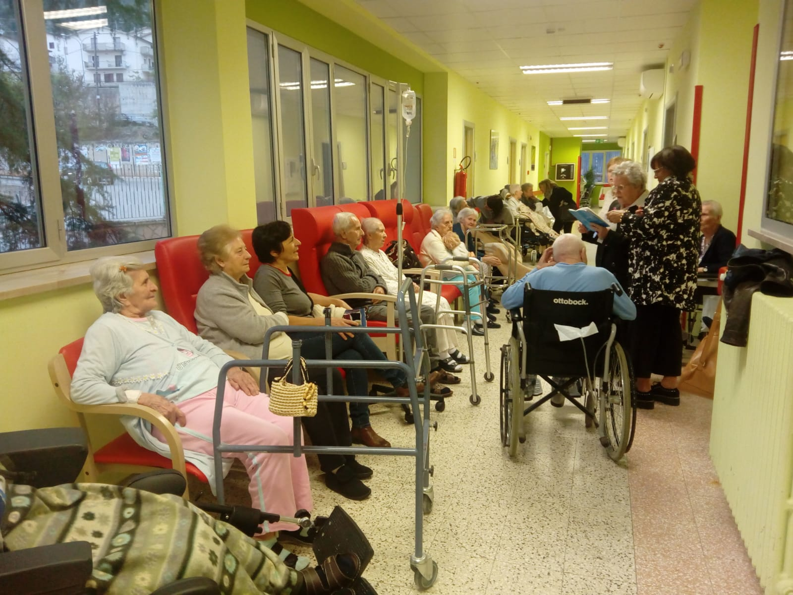 Pazienti con Alzheimer stimolati con canti popolari pugliesi.