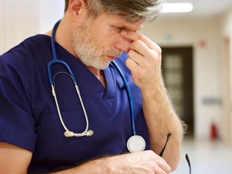 Medico crolla per burnout: troppo lavoro, 10 ore al giorno per 7 giorni e 6 reperibilità. Protesta Nursind.