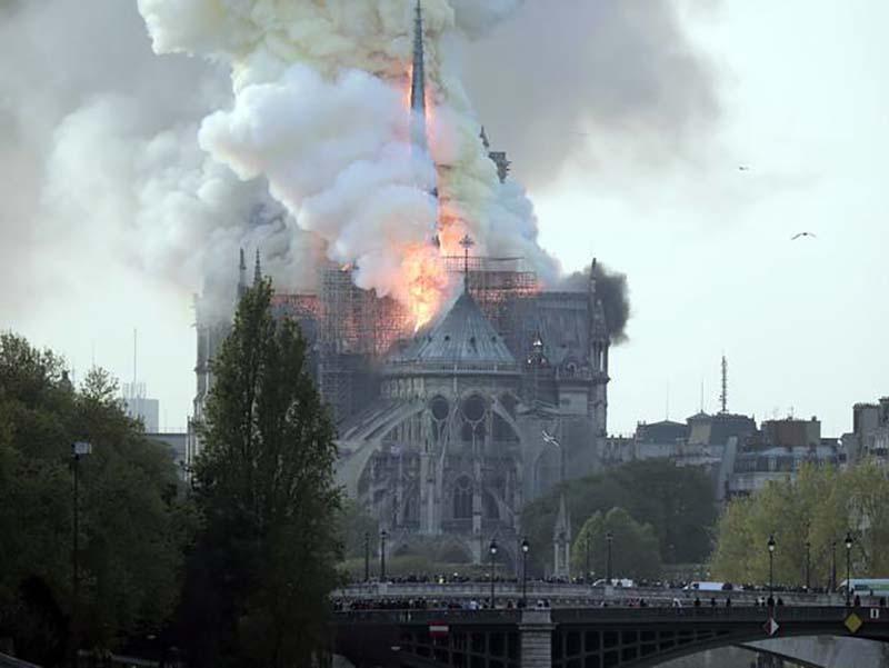 Notre Dame durante l'incendio di ieri (Foto Ansa - EPA).