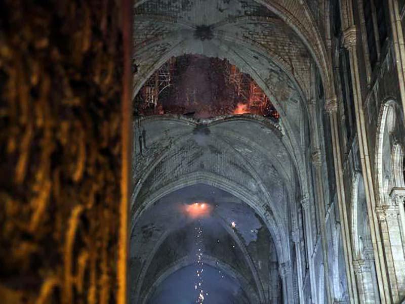L'interno di Notre Dame durante l'incendio di ieri (Foto Ansa - EPA).