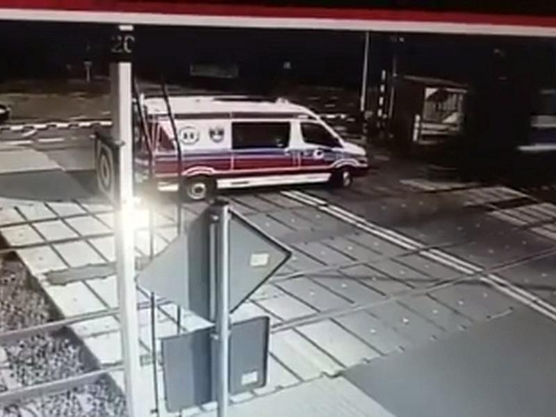 Treno travolge ambulanza: infermieri e medico morti!