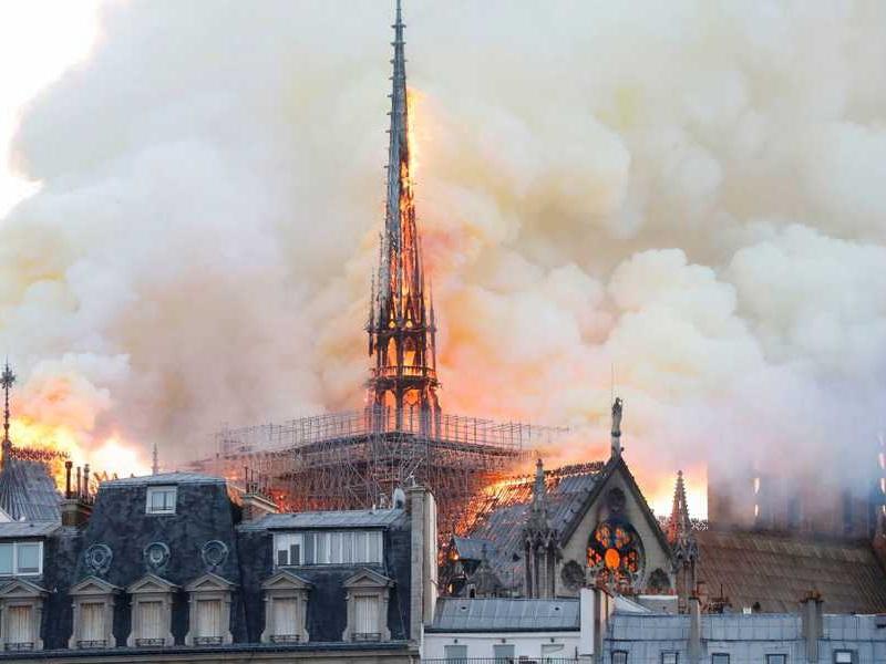 Incendio: brucia Notre Dame