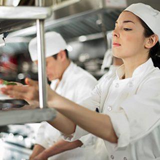 Cuochi delle Case di Riposo sfidano gli chef stellati: venite a provare cosa cuciniamo!