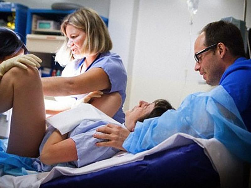 Donna costretta a partorire in Ospedale in Spagna: Ostetriche italiane solidali.