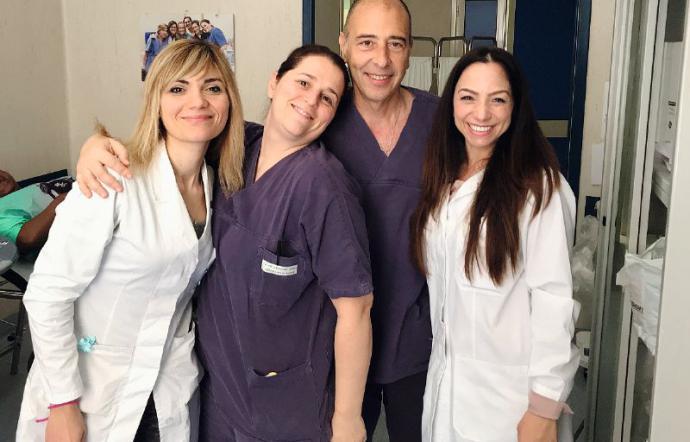 Medici e infermieri nell'ambulatorio solidale per mamme in difficoltà.