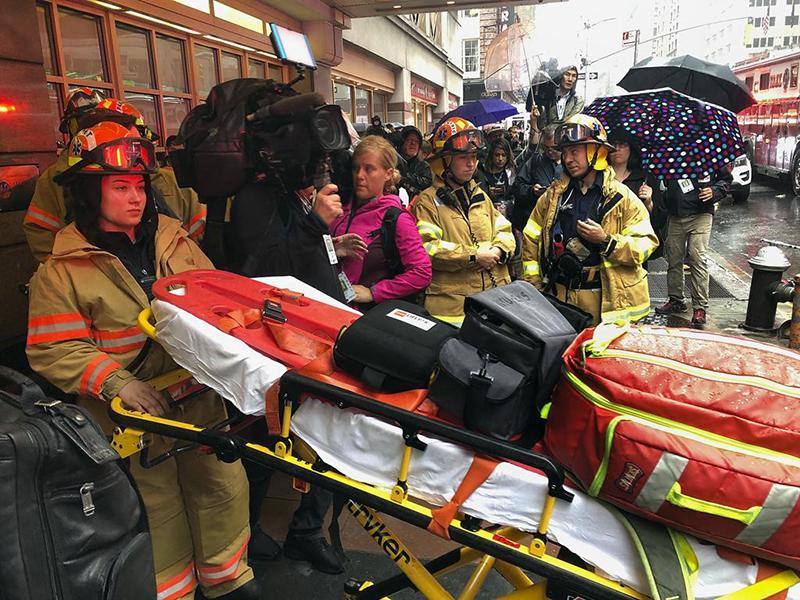 Elicottero si schianta contro grattacielo a New York: morto il pilota.