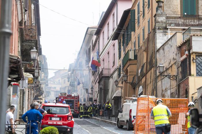 Esplosione in una palazzina in provincia di Roma: diversi i feriti, nessun decesso. Anche il sindaco colpito.