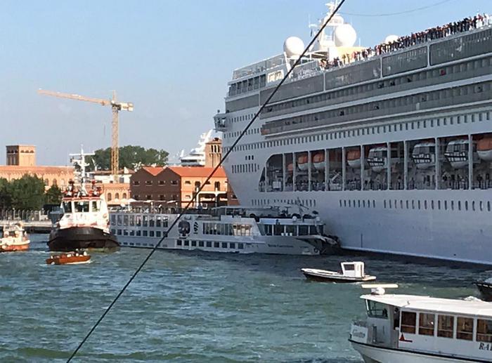 Scontro tra Nave da Crociera e Battello a Venezia: 4 feriti, per caso non ci sono stati decessi.