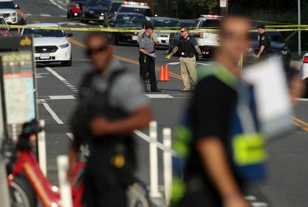 Sparatoria in Municipio, 11 morti e 6 feriti. Polizia, medici e infermieri al lavoro per salvare vite.