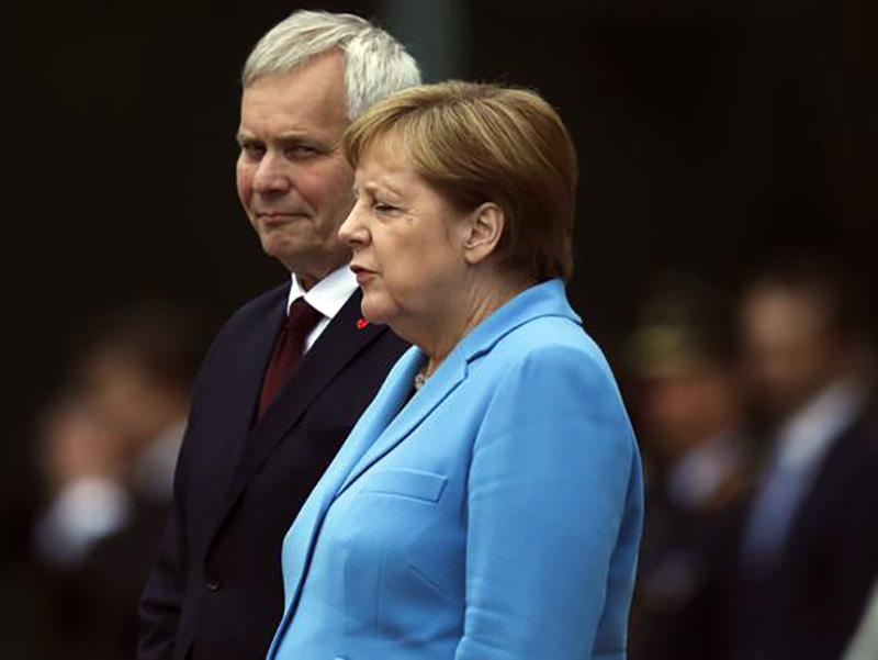 """Angela Merkel, premier tedesco, ha il Parkinson. Dubbi medici sul suo """"blocco"""" e sul suo tremolio."""