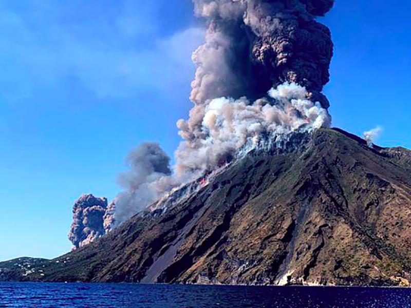 Erutta il Vulcano Stromboli, un morto e decine di ferite. Immediati soccorsi di sanitari, militari e vigili del fuoco.