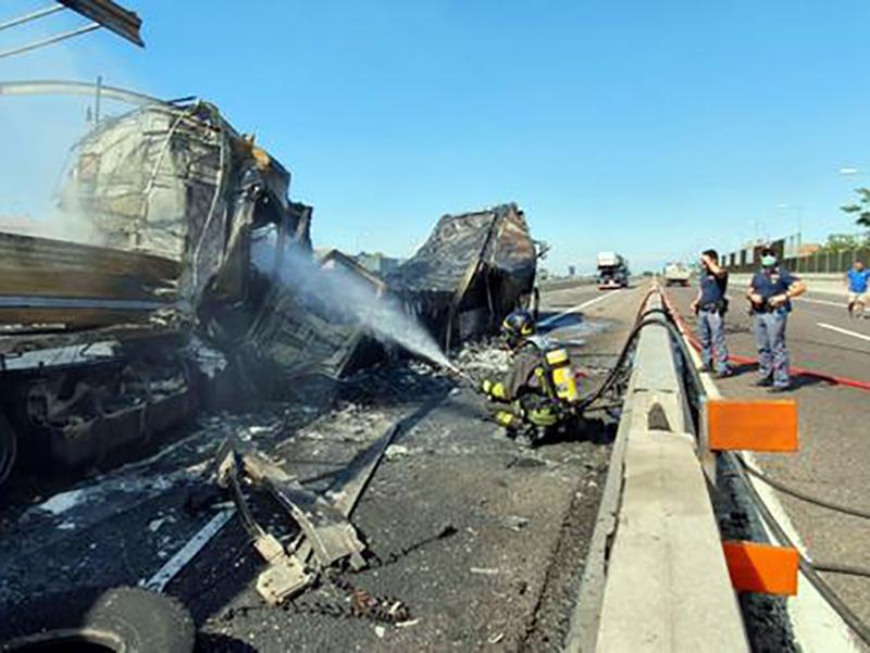 Tre camion si scontrano in autostrada. Un morto, incendi e varie esplosioni. Bologna nel caos.