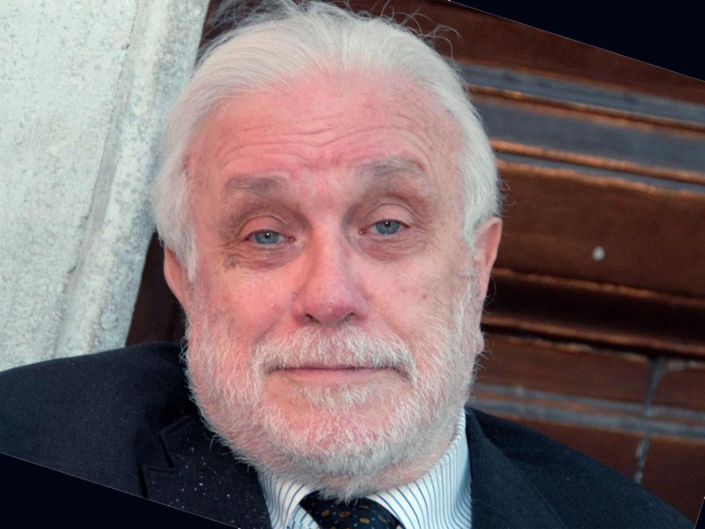 Luciano De Crescenzo è morto, stroncato da una polmonite.