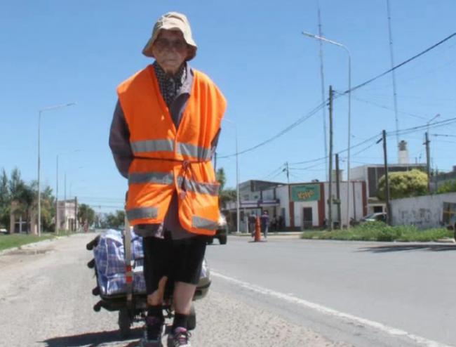 Infermiera di 95 anni gira il mondo a piedi per omaggiare la Madonna.