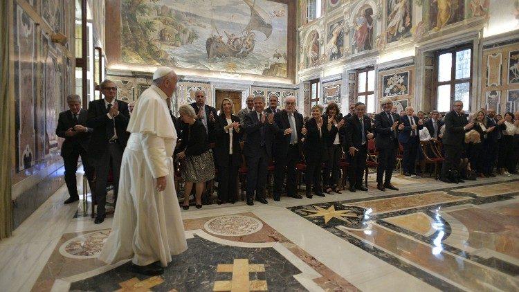 I Medici consegnano a Papa Francesco il Codice Deontologico.