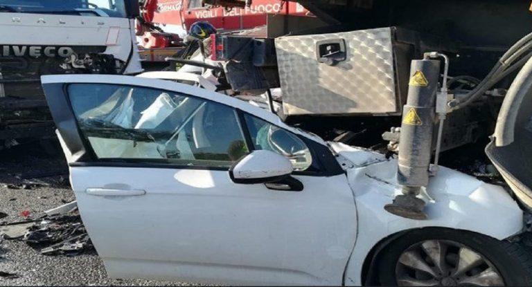 Auto schiacciata da due TIR: donna morta sul colpo. Incidente da paura.
