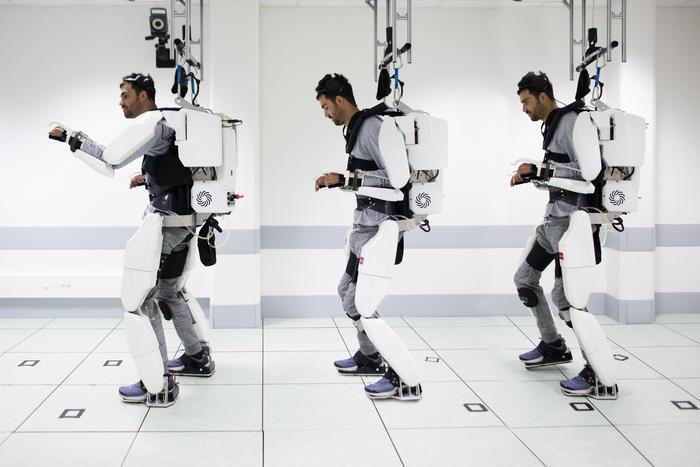 Esoscheletro controllato con il pensiero: in Francia paralitico torna a camminare.