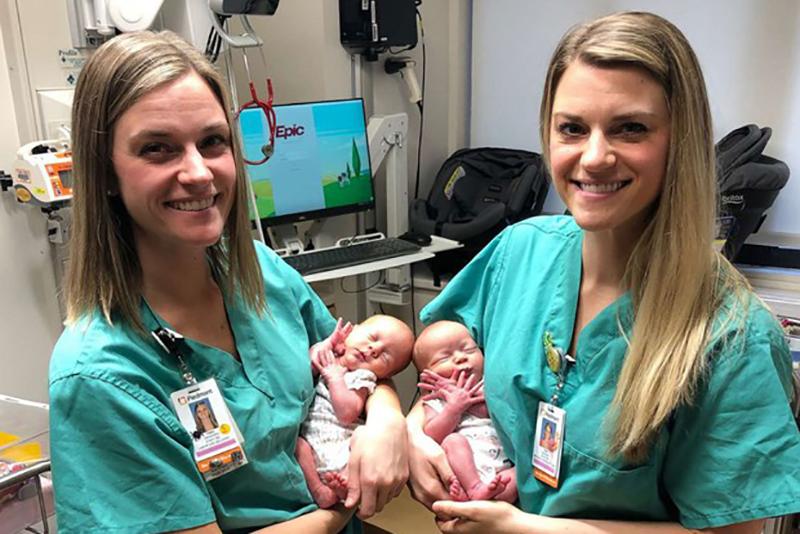 Due Infermiere gemelle assistono a parto di due gemelle identiche.