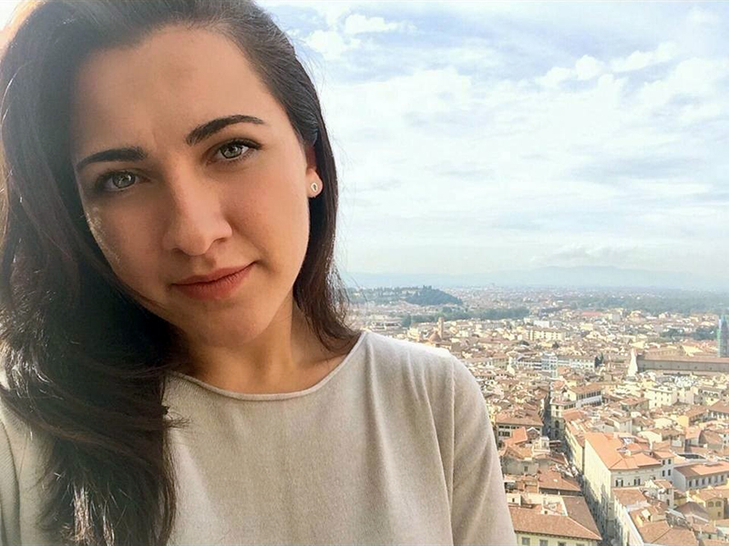 Lorisa Katra, l'Infermiera che ha salvato due persone da morte certa: una in aereo, una in tram.